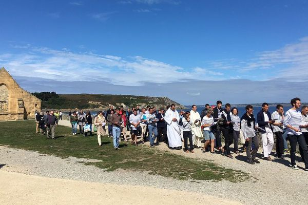 La procession des jeunes pèlerins avant d'embarquer