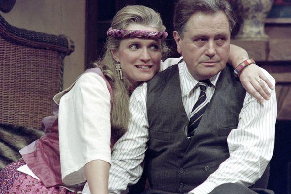 """Marie-Christine Barrault et Victor Lanoux répètent une scène de la pièce """"Même heure l'année prochaine"""" de Bernard Slade, dont la mise en scène est signée Roger Vadim, le 15 février 1991, au Theâtre Edouard VII à Paris."""