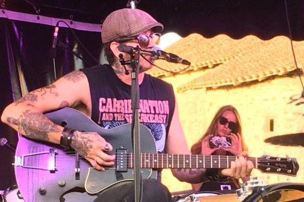 L'Américain Joshua James Esterline du one man band Acousta Noir sur la scène du Buis Blues Festival.