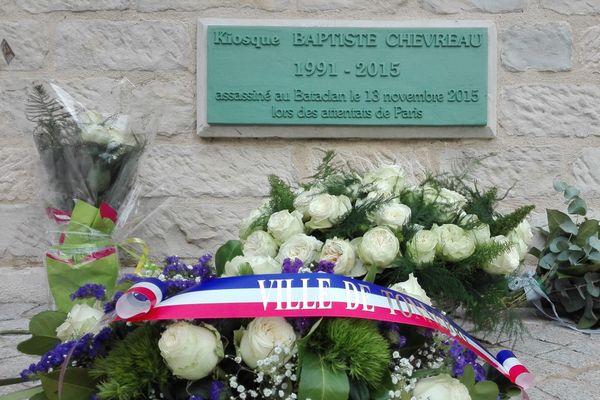 Des gerbes de fleurs ont été déposées devant la plaque commémorative réalisée en hommage à Baptiste.