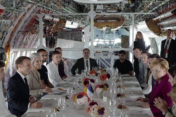 Le président français et la chancelière allemande ont déjeuné dans un avion