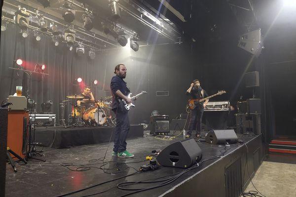 """Le groupe Everest Maria pendant les balances avant le 1er concert """"salle vide"""" à Limoges"""