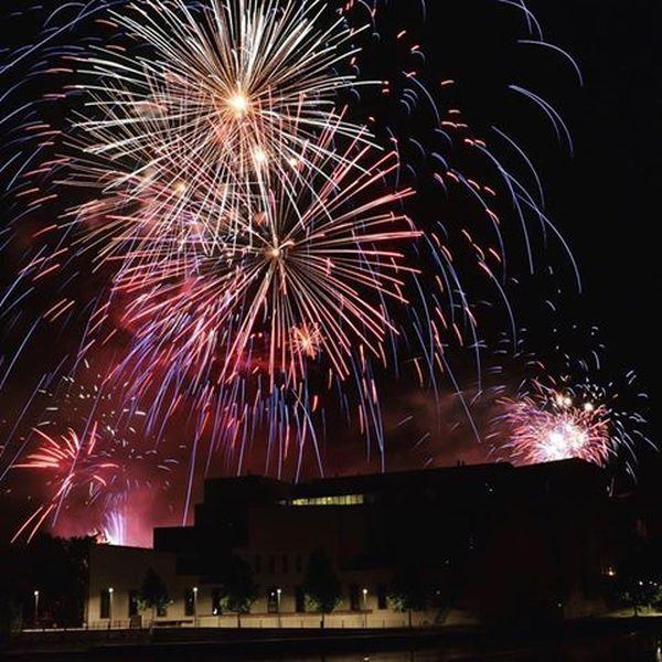Le feu d'artifice strasbourgeois se découpe derrière la Cité de la musique et de la danse.