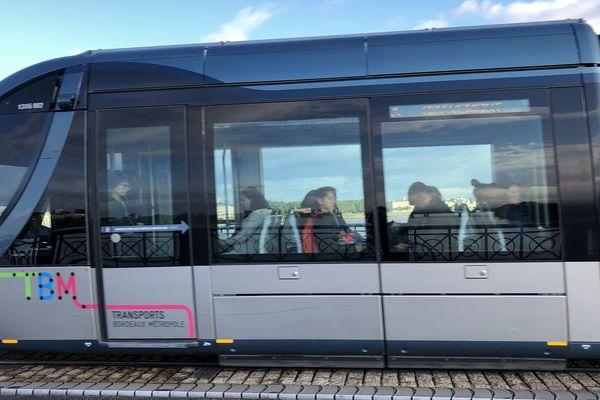 Le tram sur le Pont de pierre à Bordeaux