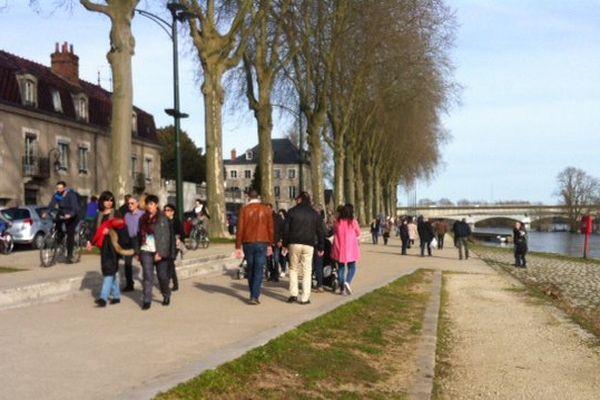 Des promeneurs sur les bords de Loire, à Orléans, le 8 mars 2015.