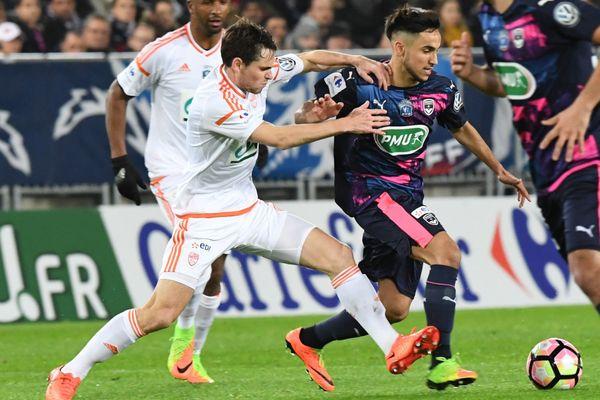 Le milieu de terrain bordelais Adam Ounas (à droite) fopposé au défenseur lorientais Vincent Le Goff (à gauche) lors du 8ème de finale de Coupe de France au Matmut Stadium à Bordeaux - 28/02/2017