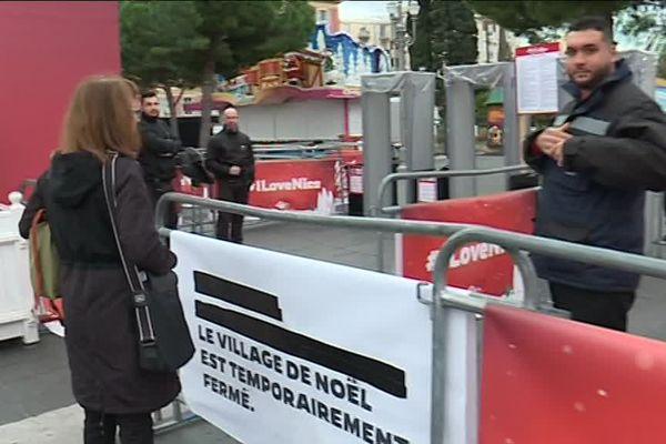 Un agent de sécurité derrière les barrières du marché de Noël de Nice ce mercredi.