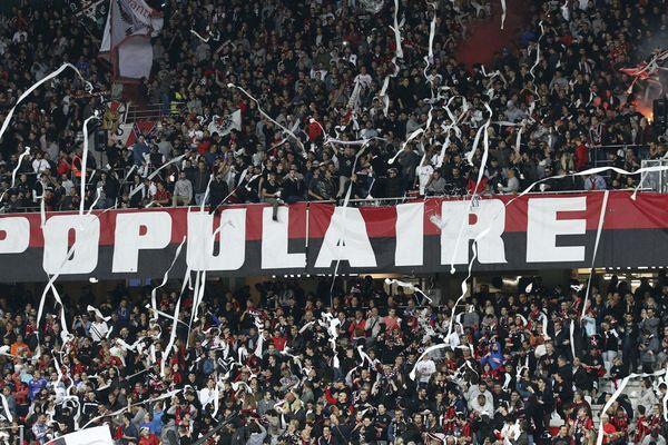 Des supporteurs de l'OGC Nice lors d'un match à l'Allianz Riviera.