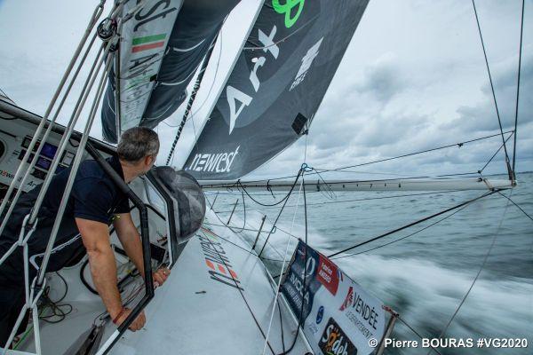 Le navigateur Fabrice Amedeo a fait demi-tour pour réparer une avarie technique au niveau du hook.