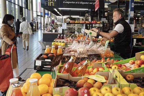 Au marché couvert des beaux arts à Besançon, les clients prennent leurs distances et sont parfois masqués.