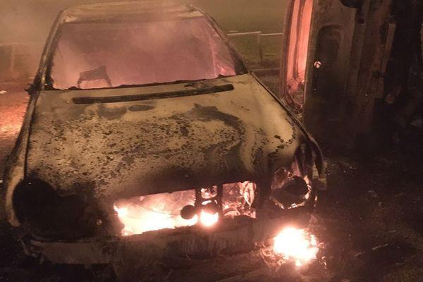 L'une des très nombreuses voitures incendiées dans l'agglomération strasbourgeoise