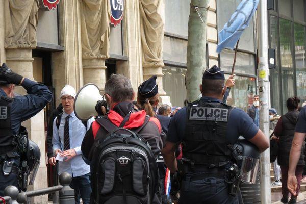 11.05.2020. Encadrés par la police, des militants de l'organisation écologiste Extinction Rébellion dénoncent à Marseille la reprise de la consommation.