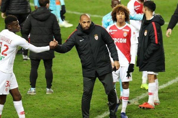 Le coach Thierry Henry encourage les joueurs de l'AS Monaco qui mènent au score lors des 8èmes de finale de la Coupe de la Ligue contre Lorient, le 19 décembre.