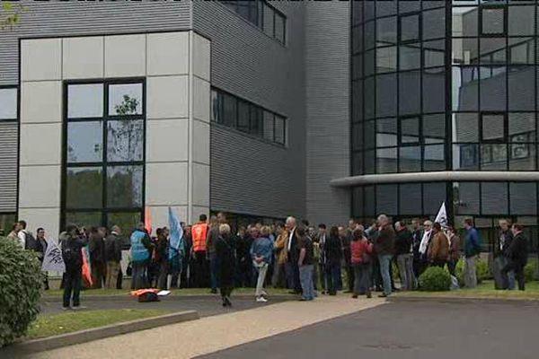 Des salariés d'IBM en grève à Aubière se sont regroupés devant leur entreprise pour protester contre de nouvelles suppressions de postes annoncées par la direction.