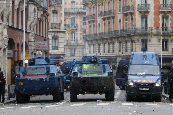 Blocage d'une rue par la police lors d'une manifestation de gilets jaunes.