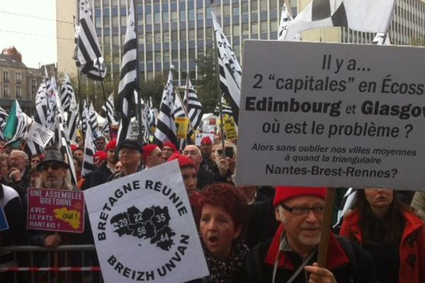 Des milliers de drapeaux bretons et de Bonnets rouges ont défilé dans le centre de Nantes