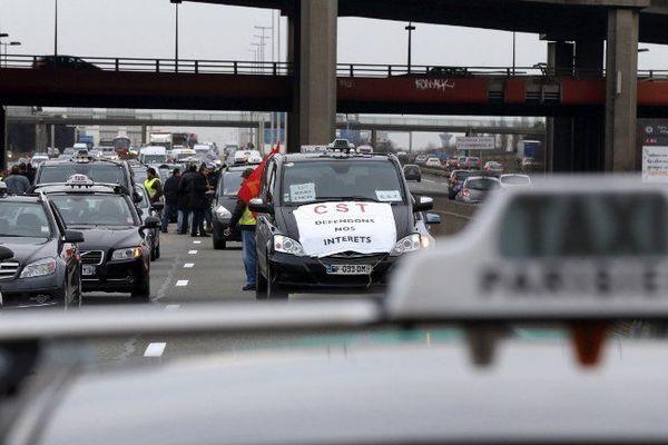 Manifestation des chauffeurs de taxis contre les VTC, le 10 février, sur le boulevard périphérique.