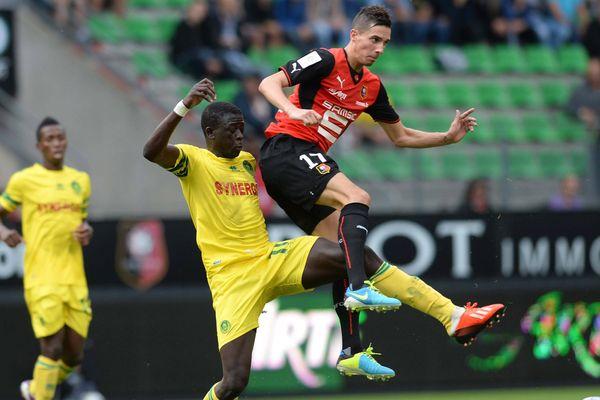 Le joueur de Rennes Vincent PAJOT (à droite) opposé au joueur de Nantes Abdoulaye TOURÉ (à gauche) lors d'un match amical cet été.