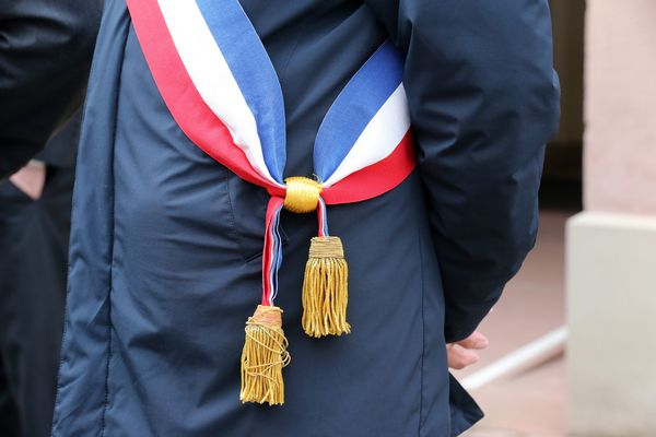 L'écharpe tricolore, symbole républicain, ne prémunit pas contre les sautes d'humeur des administrés.