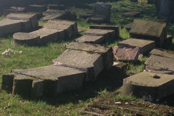 Moselle : une quarantaine de tombes saccagées au cimetière juif de Waldwisse, près de Thionville. (Photos : S. Rock/C. Gomond)