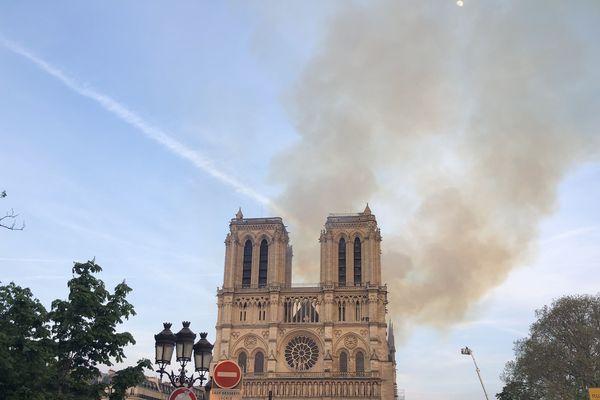 Un violent incendie a ravagé la cathédrale Notre-Dame lundi soir.