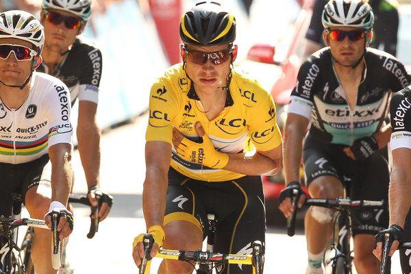 Le cycliste allemand Tony Martin en maillot jaune termine la sixième étape du Tour de France malgré une fracture de la clavicule gauche.