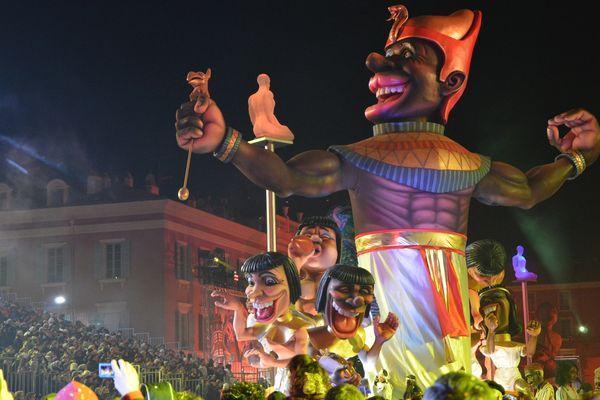 L'Afrique, et ici l'Égypte, représentées lors du défilé nocturne du Carnaval de Nice.