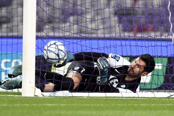 Brice Maubleu, le gardien grenoblois, a réussi à stopper un penalty en début de partie, mais le tireur toulousain Stijn Spierings a réussi à rabattre le ballon dans le but.