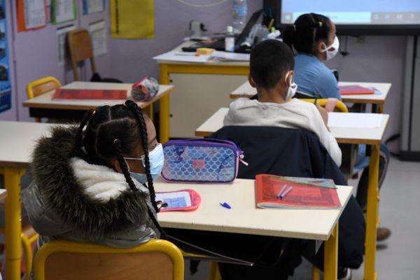 Alors que le gouvernement a autorisé les élèves à ne pas se rendre en classe jeudi et vendredi pour limiter la propagation du virus pendant les fêtes, les associations de parents d'élèves dénoncent un manque d'organisation et de considération pour le personnel scolaire et périscolaire.