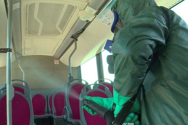 Les bus et les TER seront désinfectés au moins une fois par jour, en insistant particulièrement sur toutes les surfaces de contact.