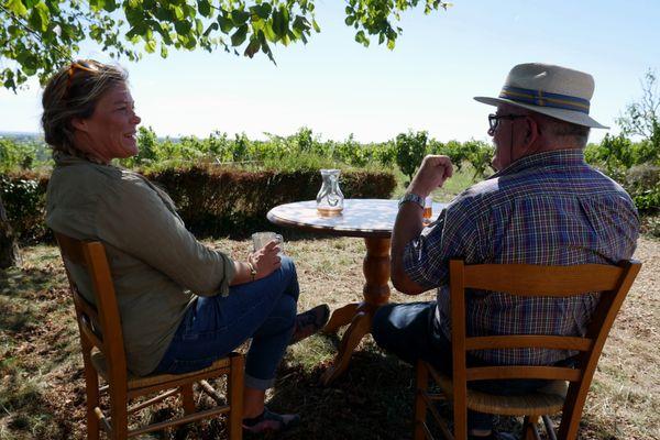 Julie découvre plusieurs appellations prestigieuses de l'Anjou : le Quarts-de-Chaume, le Chaume mais aussi une appellation plus rare et complexe : le Savennières !