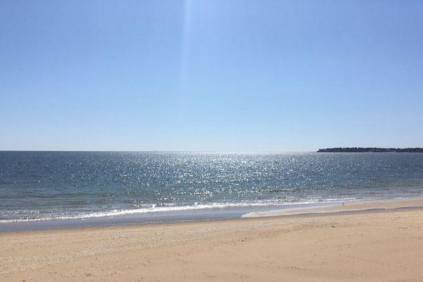 Une toute petite brise, une plage immense et vide, un grand soleil, la mer est bien là. Nous sommes à la Baule.