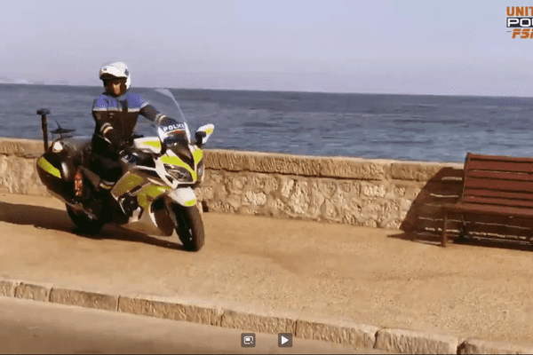 La vidéo met en scène deux motards de la police sur le bord de mer à Menton.