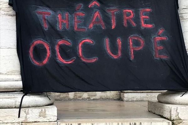 Privés de scène, les intermittents occupent le théâtre pour garantir leurs droits.