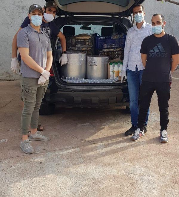 Billel Zakri, (à gauche), El Idrissi Hassan (chemise) et deux bénévoles de la mosquée s'apprêtent à livrer des plateaux repas aux nécessiteux, en partenariat avec le secours catholique et la Falep, pendant le premier confinement.