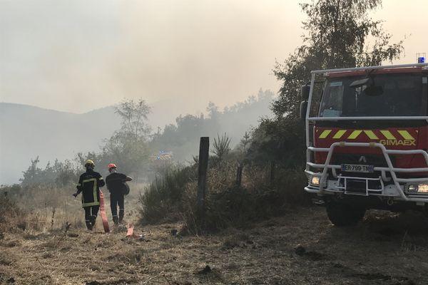 De nombreux moyens étaient déployés par les pompiers ce lundi 14 septembre en fin d'après-midi, dans les hauteurs de Saint-Etienne.