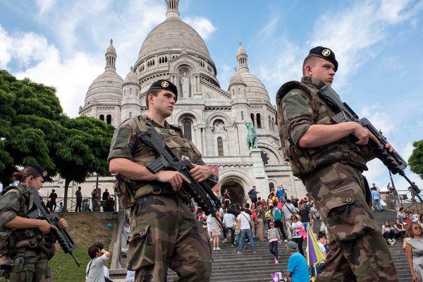 Patrouille militaire devant le Sacré Coeur à Paris.