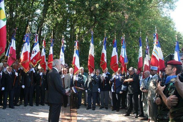 En juin 2010, Henri Lozes (au centre) inauguré la stèle en mémoire des fusillés du bois de la Reule à Castelmaurou (Haute-Garonne)
