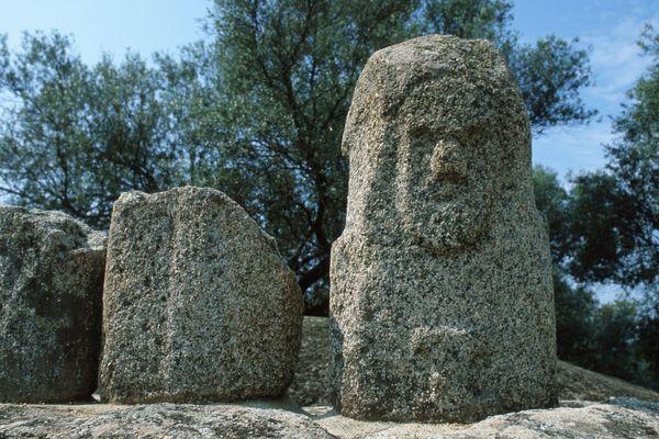 Une statue-menhir sur le site de Filitosa, en Corse-du-Sud.