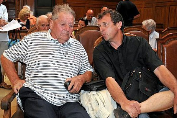 Montpellier - René Galinier 78 ans et son fils dans la salle d'audience des Assises de l'Hérault avant l'ouverture du procès - 1er juillet 2015.