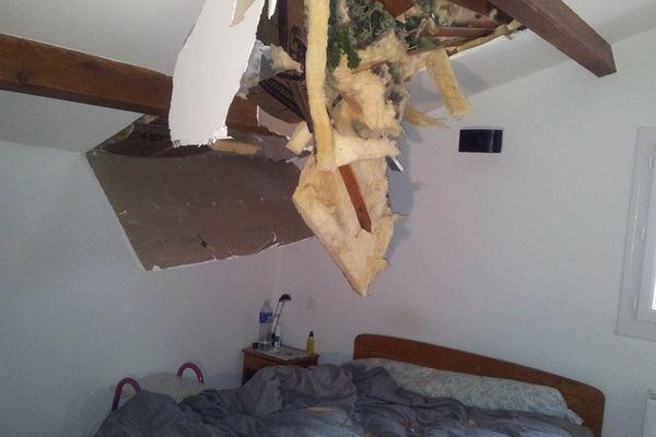 L'arbre a fini dans la chambre à coucher. Pas de victime heureusement.