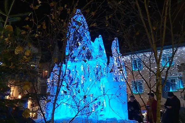 Le cristal de glace bleu de Samuel Girault, sculpté le 9 décembre sur la place de l'Hôtel de ville, devrait tenir encore quelques jours.