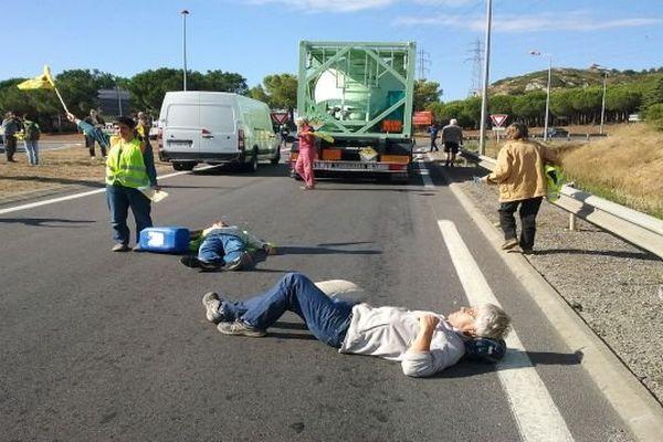 Narbonne (Aude) - action des militants de Stop uranium devant le site de la Comurhex - 12 septembre 2013.