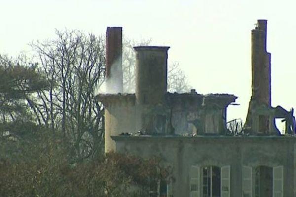La toiture du château était en feu lorsque les pompiers sont arrivés.