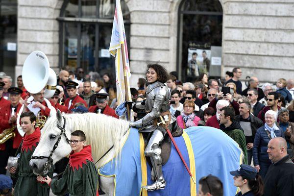 La chevauchée de Jeanne avec Mathilde EDEY GAMASSOU qui incarne Jeanne d' Arc.