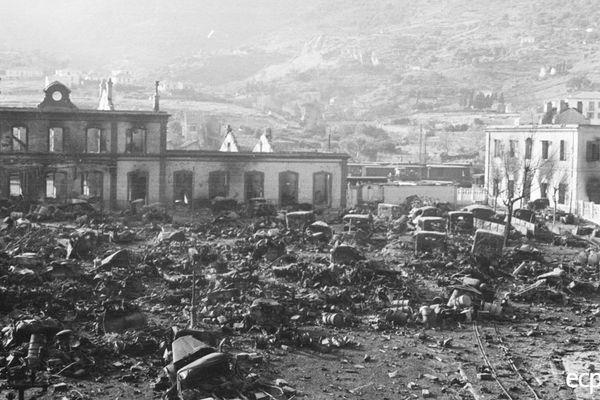 Du matériels et des véhicules allemands abandonnés sur le port de Bastia, le 4 octobre 1943.