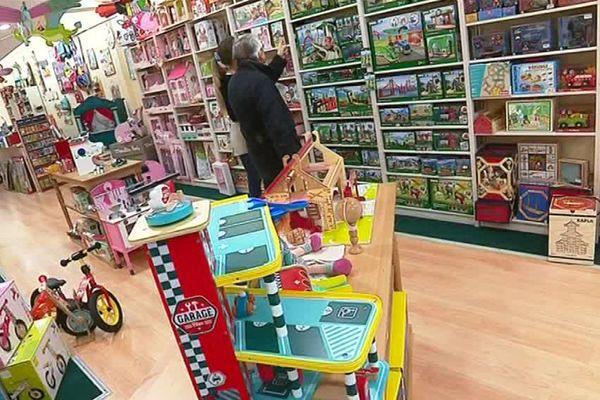 Dans ce magasin de jouets traditionnels, les castelets et marionnettes ont la cote
