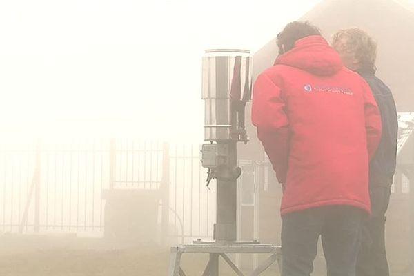 Des prévisionnistes au travail devant l'observatoire du Mont Aigoual - octobre 2018