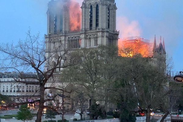 Le feu a pris sur la tour nord de la cathédrale Notre-Dame de Paris.