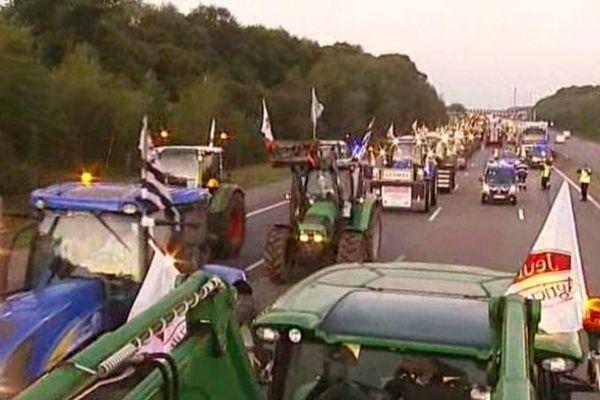 Jeudi matin, les tracteurs ont envahi les autouroutes A1, A4, A6, A10 et A13 en direction de Paris.